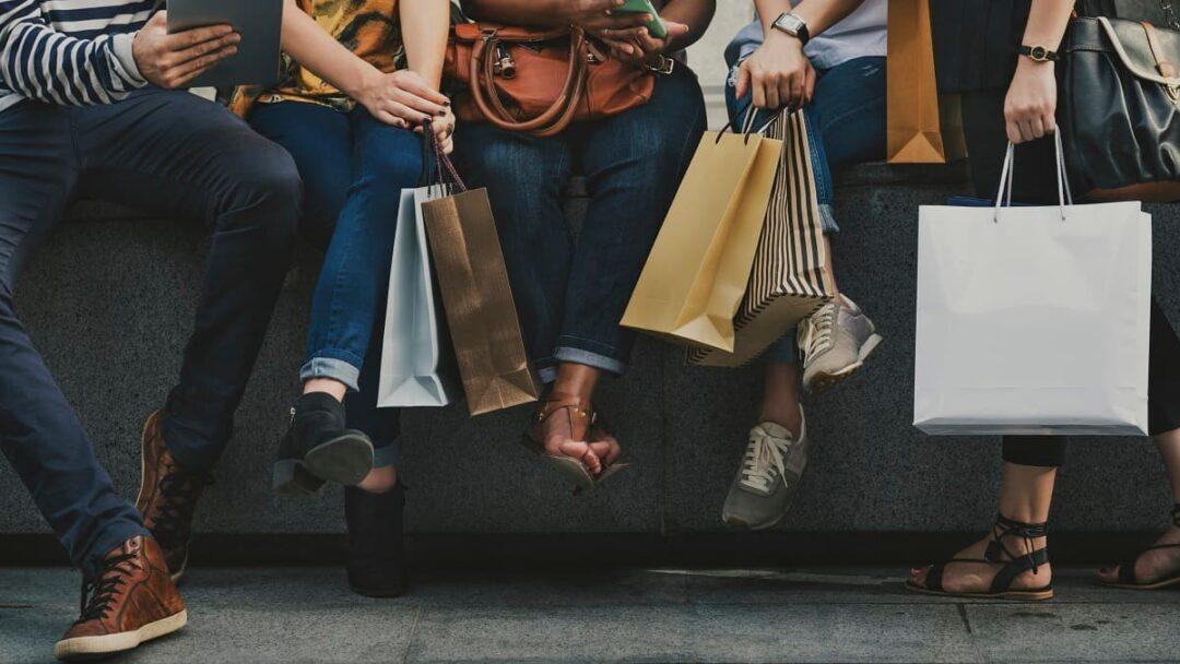Yatırımlarını e-ticarete yönlendiren moda perakendecileri ise aksine satışlarını artırdı.